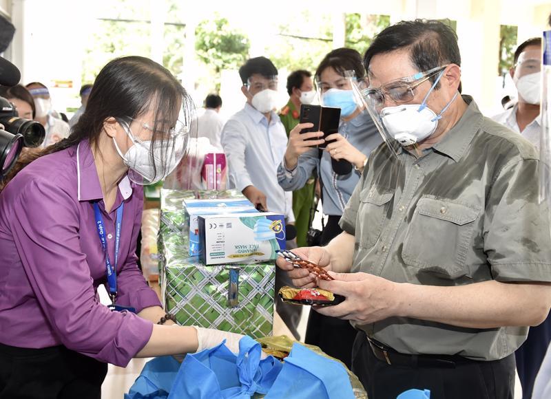 Thủ tướng xem các loại nhu yếu phẩm, thuốc men... trong túi an sinh sẽ được cung cấp cho người dân