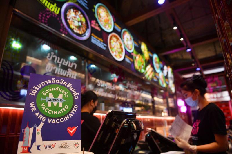 Biển báo trong một nhà hàng ở Bangkok, Thái Lan ngày 1/9 nói rằng toàn bộ nhân viên của nhà hàng đã được tiêm vaccine ngừa Covid - Ảnh: Reuters.