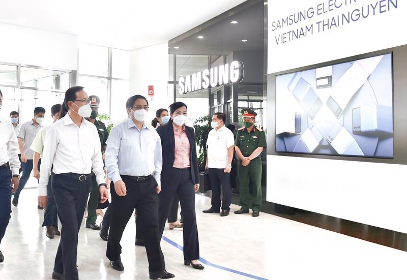 Thủ tướng thăm nhà máy Samsung tại Khu công nghiệp Yên Bình, Thái Nguyên - Ảnh: VGP/Nhật Bắc