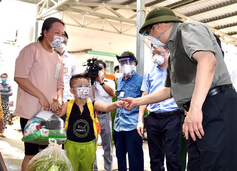 Thủ tướng Phạm Minh Chính động viên nhân dân, kiểm tra công tác bảo đảm an sinh xã hội tại địa bàn đang thực hiện tăng cường giãn cách - Ảnh: VGP/Nhật Bắc