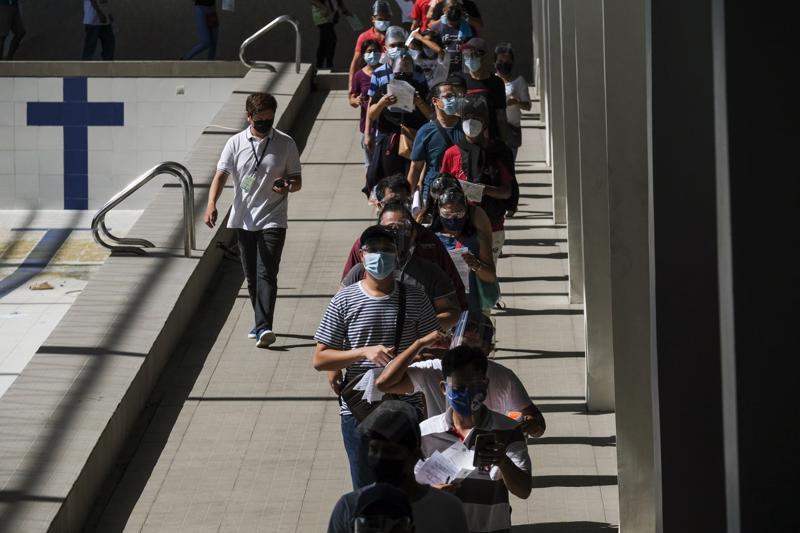 Xếp hàng chờ tiêm vaccine Covid-19 tại một điểm tiêm chủng ở Manila, Philippines hồi đầu tháng 8/2021 - Ảnh: Bloomberg.