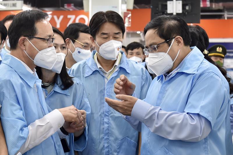 Thủ tướng Phạm Minh Chính thăm hỏi tình hình sản xuất, lao động và công tác phòng chống dịch tại nhà máy của Samsung - Ảnh: VGP/Nhật Bắc.