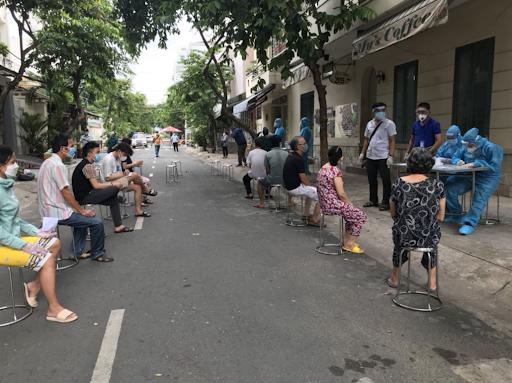 Trung tâm Y tế Quận 7 phối hợp cùng lực lượng chức năng phường Tân Thuận Tây tiến hành truy vết các ca nhiễm Covid-19.