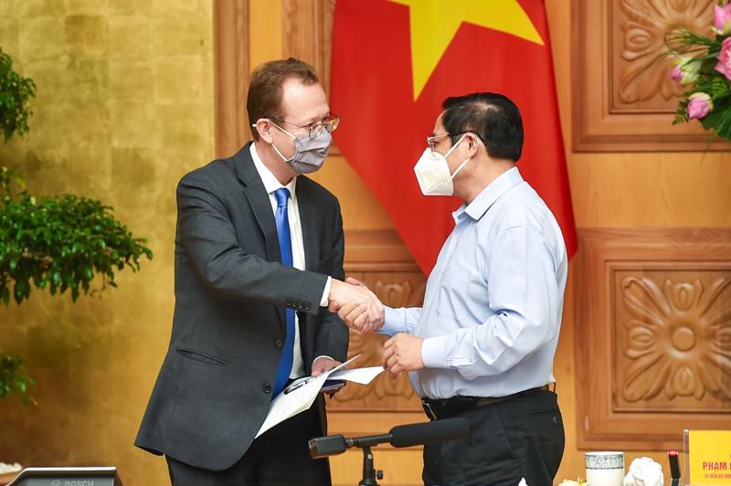 Thủ tướng bắt tay ông Christopher Klein, Đại biện Đại sứ quán Mỹ - Ảnh: Bộ Ngoại giao