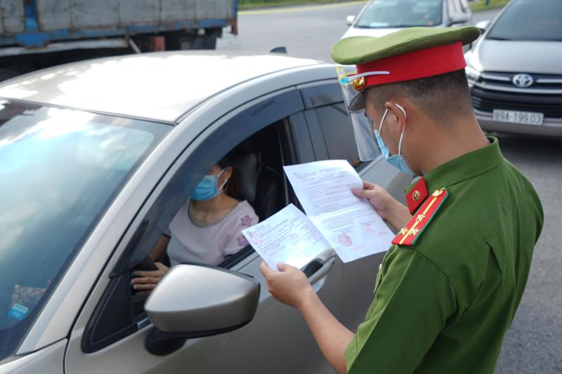 Công an Hà Nội kiểm tra giấy đi đường của người dân. Ảnh - Phạm Hùng.