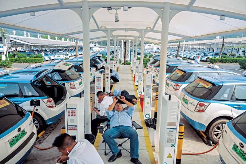 Xây dựng trạm sạc để khuyến khích phát triển xe điện.