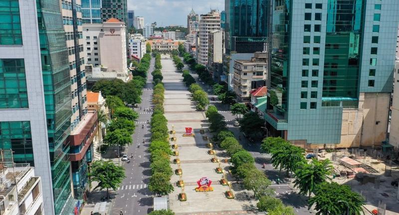 Phố đi bộ Nguyễn Huệ, một trong những tuyến đường du lịch, kinh doanh sầm uất nhất tại TP.HCM đang chờ được nhộn nhịp trở lại.
