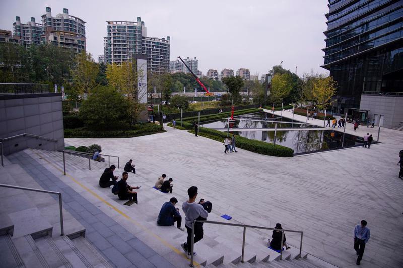 Giờ nghỉ ăn trưa của nhân viên Alibaba trong trụ sở công ty ở Hàng Châu, tháng 10/2020 - Ảnh: Reuters.