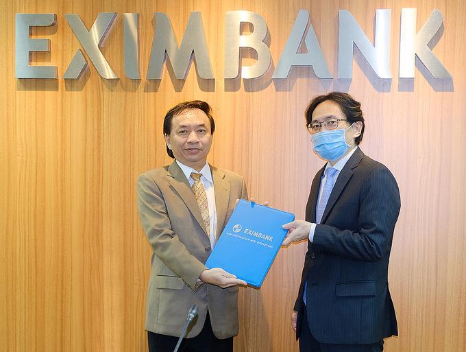 Chủ tịch Eximbank trao quyết định bổ nhiệm vị trí Tổng giám đốc cho ông Trần Tấn Lộc (bên trái)