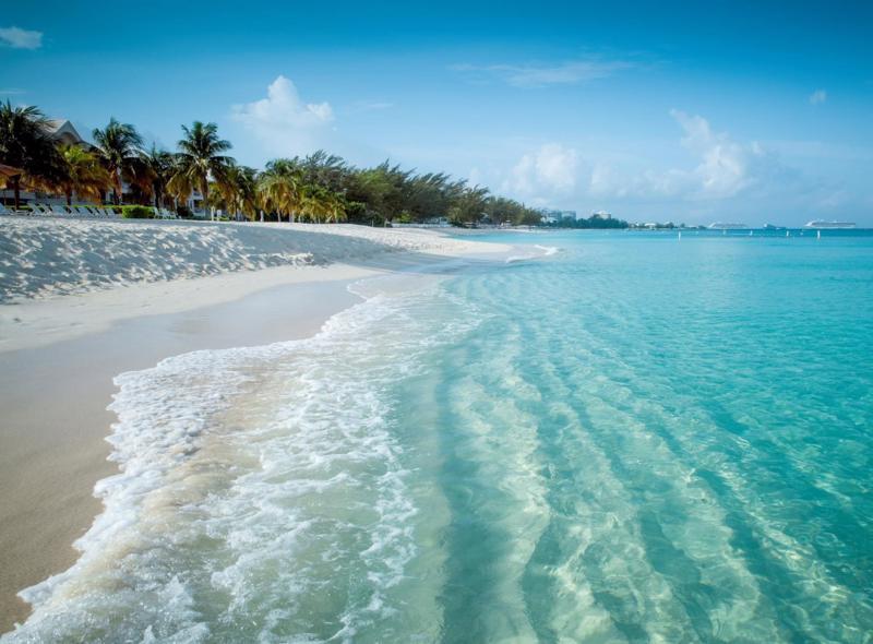 Bờ biển Bãi Dài với vẻ đẹp nguyên sơ, xanh trong.