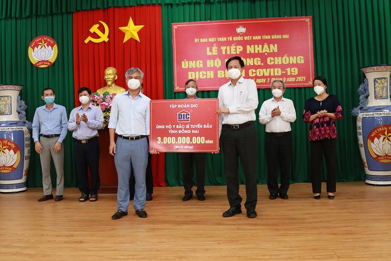 Ông Hoàng Văn Tăng - Tổng giám đốc Tập đoàn DIC trao tặng Sở Y tế tỉnh Đồng Nai 3 tỷ đồng.