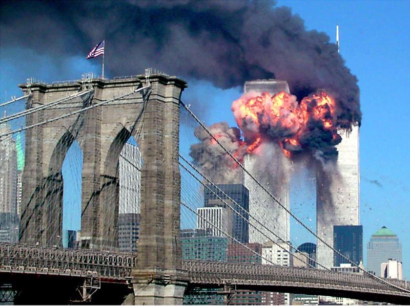 Hai tòa tháp của Trung tâm Thương mại Thế giới tại thành phố New York bốc cháy sau khi bị máy bay đâm vào - Ảnh: Reuters