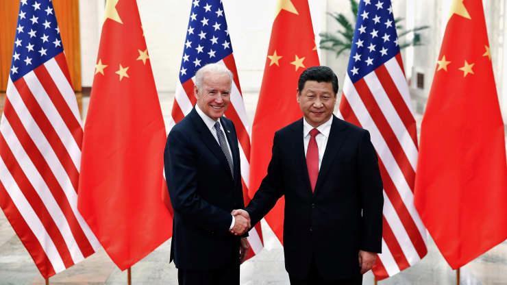 Chủ tịch Trung Quốc Tập Cận Bình (phải) bắt tay ông Joe Biden, khi đó đang là Phó tổng thống Mỹ, tại Đại lễ đường Nhân dân ở Bắc Kinh, tháng 12/2013 - Ảnh: Reuters.