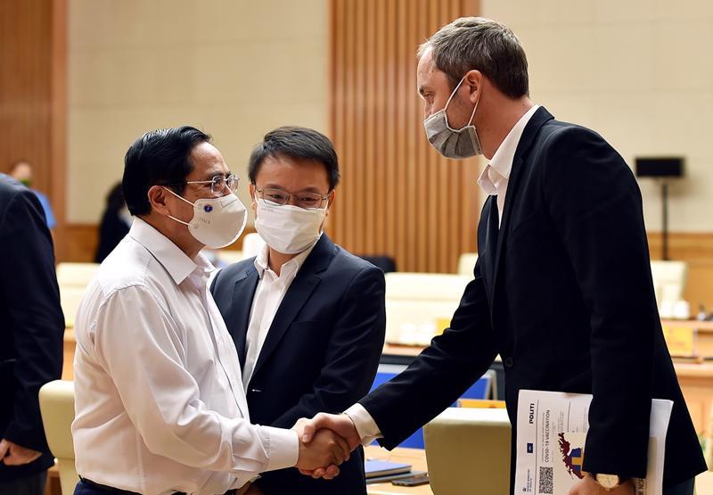 Thủ tướng bắt tay đại biểu tham dự buổi làm việc. Ảnh: VGP.
