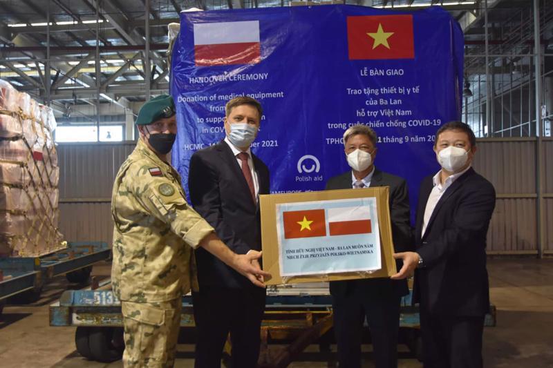 Thứ trưởng Bộ Y tế Nguyễn Trường Sơn tiếp nhận lô hàng viện trợ Chính phủ Ba Lan tặng Chính phủ Việt Nam.