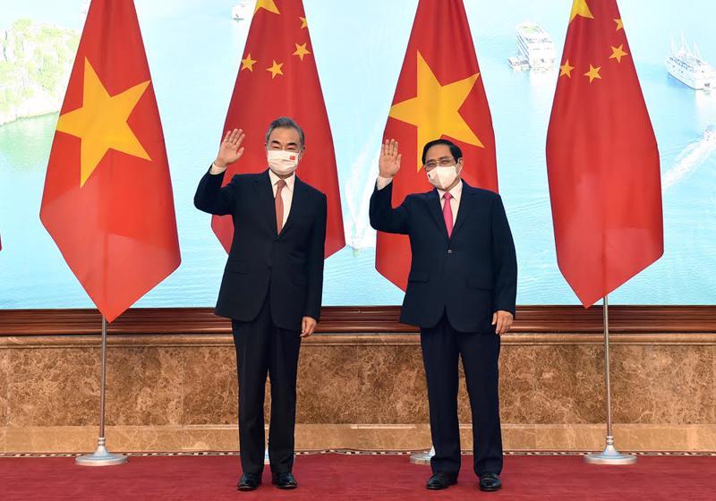 Thủ tướng Phạm Minh Chính và Bộ trưởng Ngoại giao Trung Quốc Vương Nghị - Ảnh: VGP
