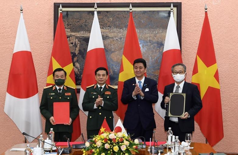 Bộ trưởng Phan Văn Giang và Bộ trưởng Kishi Nobuo chứng kiến lễ ký Thỏa thuận chuyển giao thiết bị và công nghệ quốc phòng Việt Nam - Nhật Bản - Ảnh: VGP