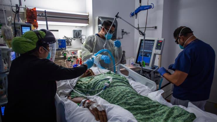 Các y bác sỹ đang điều trị cho một bệnh nhân Covid nặng tại một bệnh viện ở California hôm 2/9 - Ảnh: Getty.
