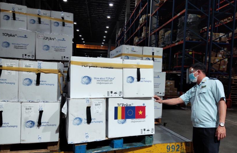 Chi cục Hải quan sân bay quốc tế Tân Sơn Nhất làm thủ tục thông quan ngay trong đêm lô hàng 300.000 liều vaccine do Chính phủ Romania tài trợ Việt Nam.