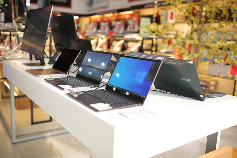 Hầu hết nhà bán lẻ đều cho đặt hàng online và lựa chọn đơn vị vận chuyển chuyên nghiệp để nhanh chóng đưa laptop đến tận tay khách hàng trong giai đoạn giãn cách.
