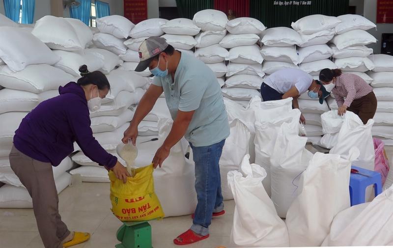 Tổ chức xuất, cấp gạo cho người dân gặp khó khăn tại xã Bình Ngọc, thành phố Tuy Hòa, Phú Yên.