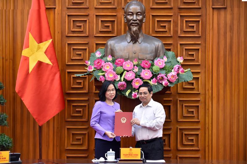 Thủ tướng Phạm Minh Chính trao Quyết định bổ nhiệm bà Vũ Việt Trang giữ chức Tổng Giám đốc Thông tấn xã Việt Nam - Ảnh: VGP
