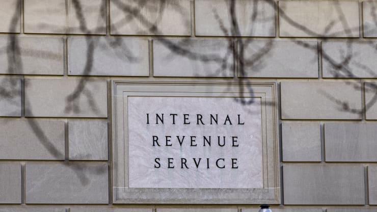 Tấm biển bên ngoài trụ sở IRS ở Washington DC - Ảnh: Bloomberg.