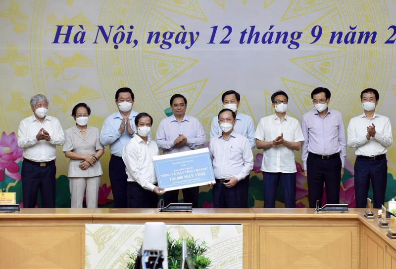 """Phó Thống đốc thường trực Ngân hàng Nhà nước Đào Minh Tú, đại diện Ngành ngân hàng trao tặng 100.000 máy tính cho Chương trình """"Sóng và máy tính cho em""""."""