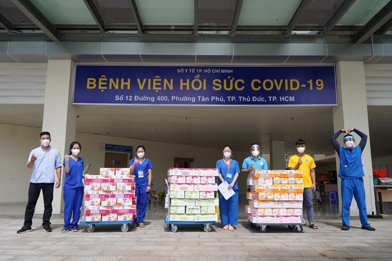 Các nhân viên y tế tại Bệnh viện Hồi sức Covid-19 thành phố Thủ Đức tiếp nhận các sản phẩm dinh dưỡng hỗ trợ từ Vinamilk.