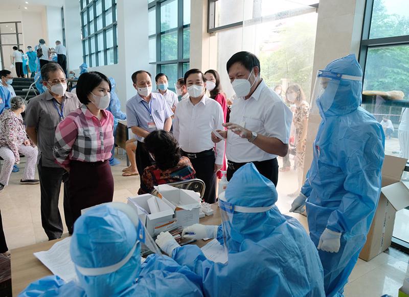 Thứ trưởng Đỗ Xuân Tuyên kiểm tra thực tế công tác tiêm chủng, xét nghiệm Covid-19.