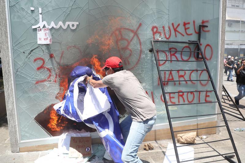Người biểu tình đập phá một ATM Bitcoin tại El Salvador - Ảnh: AFP/Getty Images
