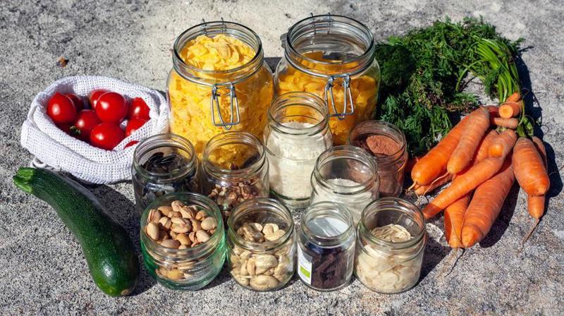 Đặt củ quả vào trong các túi vải và cho đồ khô vào từng hũ riêng là cách giữ cho thực phẩm tươi lâu. (Nguồn ảnh: Unsplash).