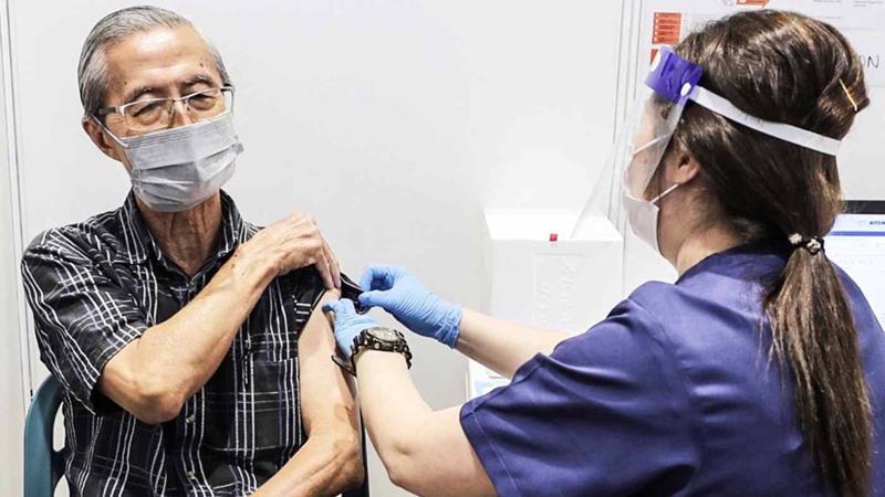 Singapore tiêm mũi thứ ba cho người cao tuổi và người bị suy giảm miễn dịch - Ảnh: AP