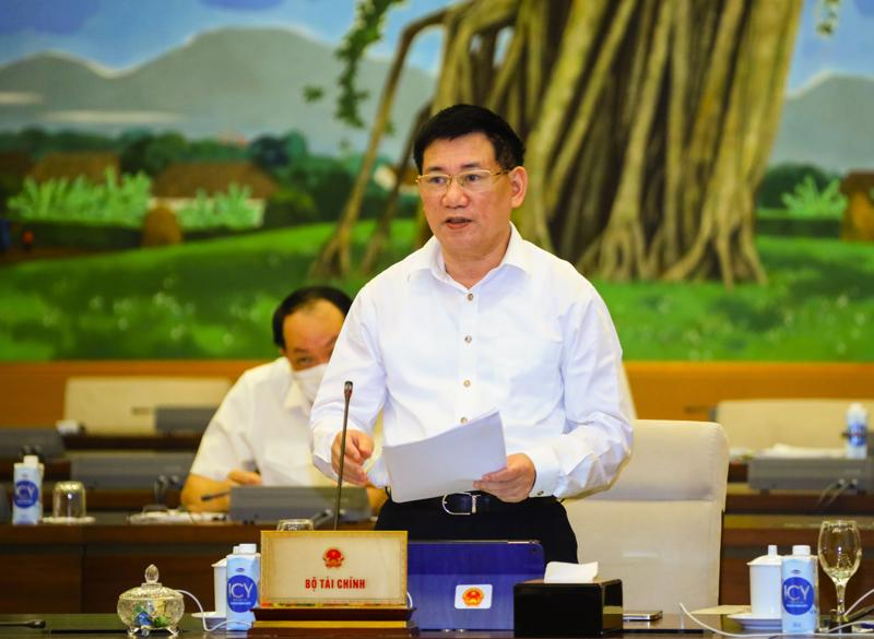 Bộ trưởng Tài chính Hồ Đức Phớc trình bày Tờ trình tại phiên họp - Ảnh: Quochoi.vn
