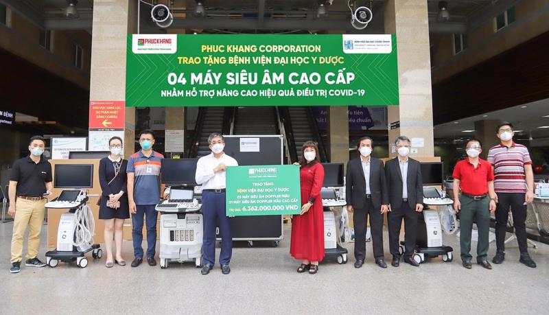 Madam Luu Thi Thanh Mau - CEO of Phuc Khang Corporation shows her emphathy and admiration for the sacrifice and devotion of the medical teams (Photo: Phuc Khang)