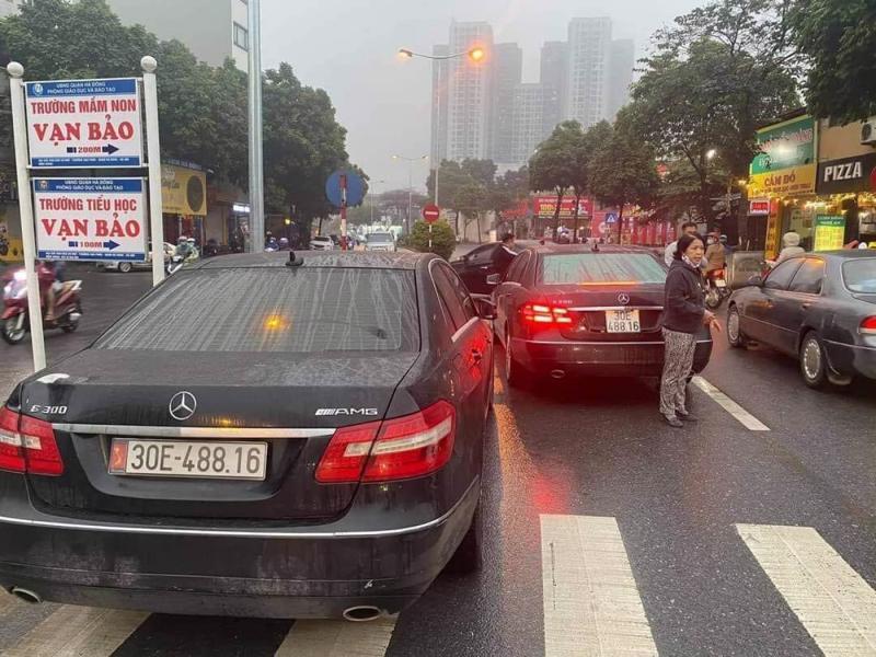 Hình ảnh hai xe ô tô Mercedes Benz cùng biển kiểm soát lưu thông trên địa bàn quận Hà Đông, Hà Nội.