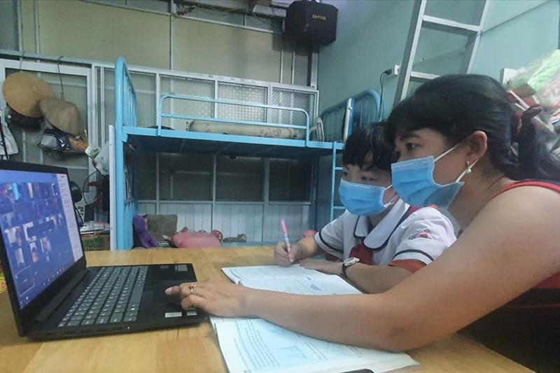 Khoảng 1,5 triệu học sinh nghèo cần hỗ trợ máy tính để học trực tuyến.
