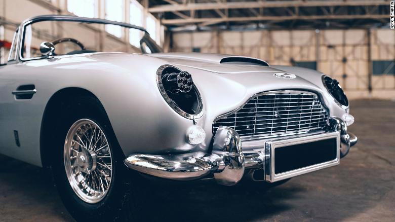 Chiếc Aston Martin DB5 thiếu nhi được trang bị súng máy đồ chơi, có thể bắn ra từ khe hở của đèn pha - Ảnh: CNN