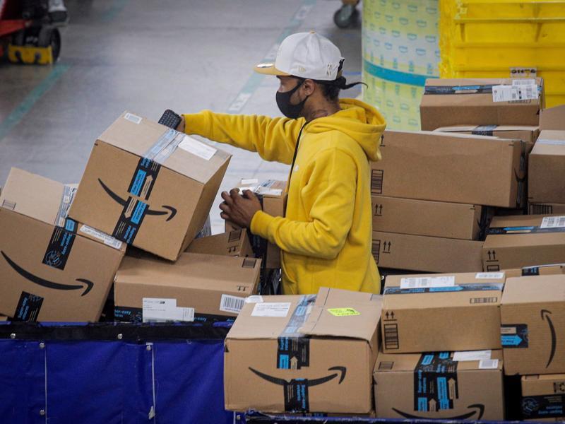 Một nhân viên kho của Amazon - Ảnh: Getty Images
