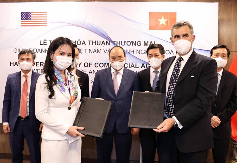 Bà Nguyễn Thị Thanh Bình, Phó Tổng giám đốc T&T Group và ông John Wallington, Giám đốc Tài chính, Tập đoàn UPC Renewables (Hoa Kỳ) trao đổi MoU về phát triển năng lượng.
