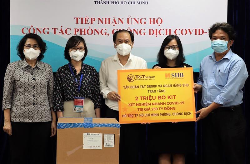 Đại diện Tập đoàn T&T Group và Ngân hàng SHB trao tặng 2 triệu kit xét nghiệm nhanh Covid-19 cho lãnh đạo Ủy ban Mặt trận Tổ quốc Việt Nam Tp.HCM và Sở Y tế Tp.HCM.