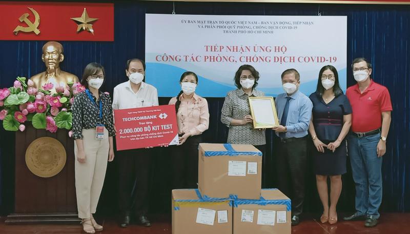 Đại diện lãnh đạo Techcombank trao tặng 2 triệu kit test Covid-19 cho Ủy Ban Nhân dân Tp.HCM.