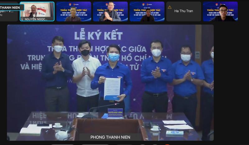 Ông Nguyễn Ngọc Lương, Chủ tịch hội Liên hiệp Thanh niên Việt Nam trình văn bản hợp tác VECOM tại buổi họp trực tuyến sáng 23/9.