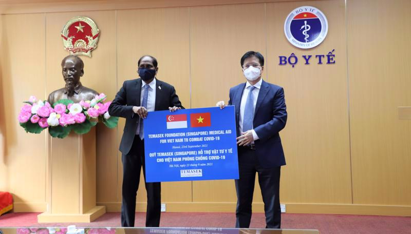 Deputy Minister of Health Truong Quoc Cuong receives medical supplies from the Temasek Foundation.