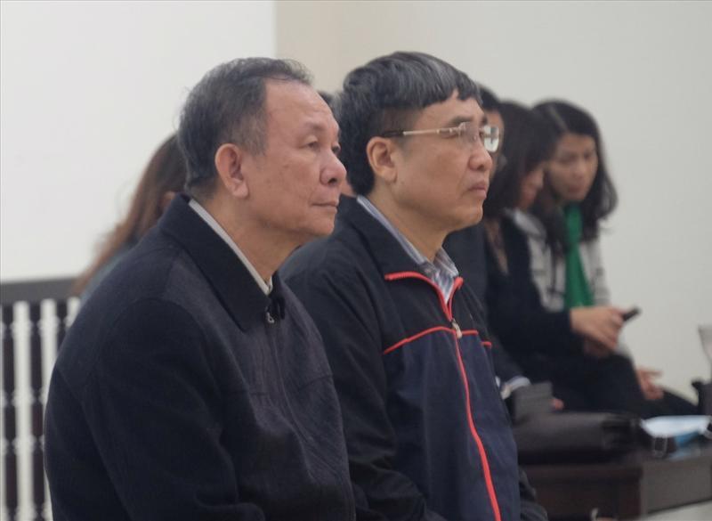 Ông Nguyễn Huy Ban (trái) và ông Lê Bạch Hồng (từ trái qua), hai Tổng Giám đốc Bảo hiểm Xã hội Việt Nam tại phiên tòa phúc thẩm