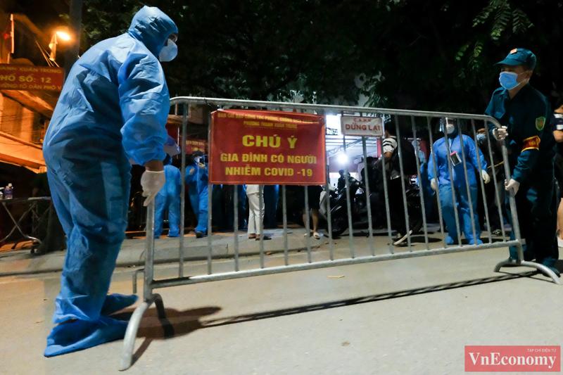 Đúng 0h ngày 19/9, hai ngõ 328 và 330 Nguyễn Trãi bắt đầu được dỡ bỏ phong tỏa. Đây là ổ dịch lớn nhất Hà Nội với gần 600 trường hợp F0. Ảnh: Phương Thảo