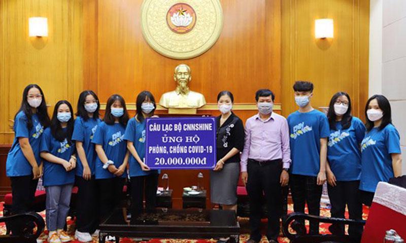 Phó Chủ tịch Uỷ ban Trung ương Mặt trận Tổ quốc Việt Nam Trương Thị Ngọc Ánh tiếp nhận ủng hộ. Ảnh - Hương Diệp.