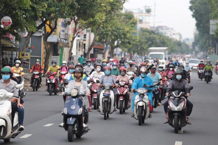 Ngày đầu tiên đi làm lại sau hơn 4 tháng giãn cách, sáng ngày 04/10 nhiều tuyến đường trong TP.HCM xe cộ trở nên đông đúc.