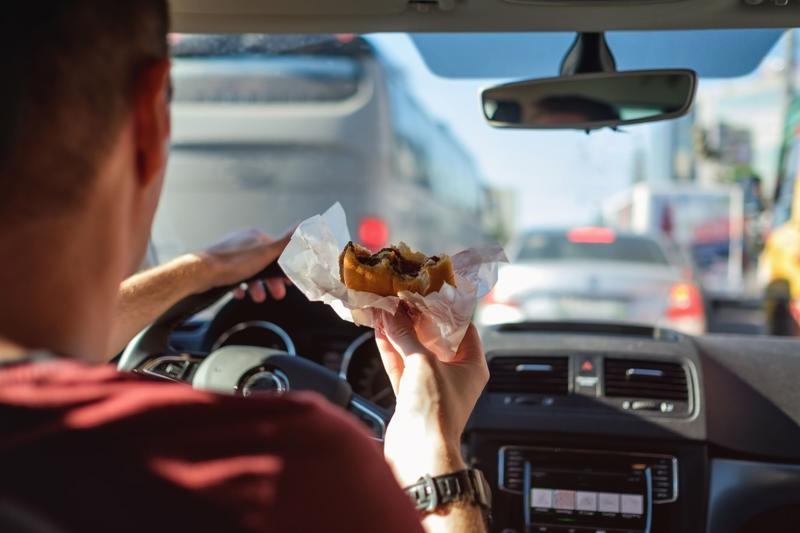 """Những lái xe dùng nhiều đồ ăn nhanh sẽ """"ăn"""" nhiều vé phạt chạy quá tốc độ và cũng dễ gây va chạm."""