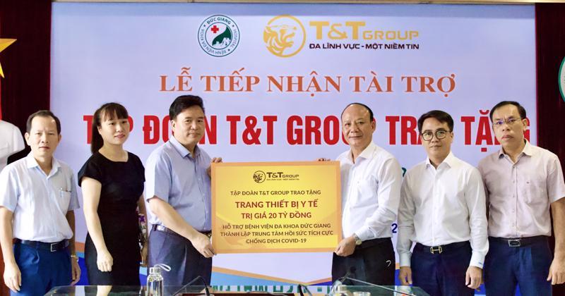 Ông Nguyễn Tất Thắng, Phó Tổng giám đốc Tập đoàn T&T Group trao ủng hộ cho TS.BS Nguyễn Văn Thường, Giám đốc Bệnh viện đa khoa Đức Giang.